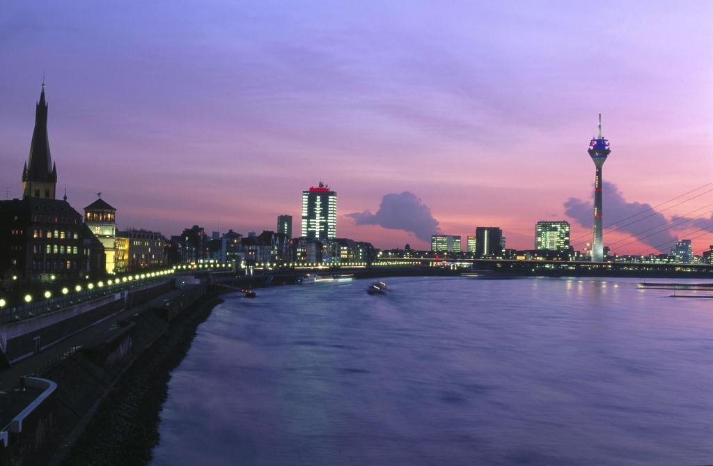 Skyline von Düsseldorf am Abend