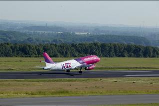 Wizz   Air-Maschine beim Start