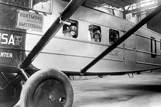 Passagiere schauen   aus einem Flugzeug - 1945