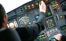 Instrumentencheck im Cockpit einer easyJet vor Abflug