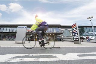 Fahrradfahrer am Terminalgebäude