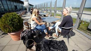 Besucherterasse bei   Sonnenschein am Dortmund Airport