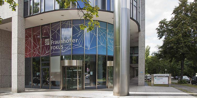 Eingang zum Institutsgebaeude Fraunhofer FOKUS